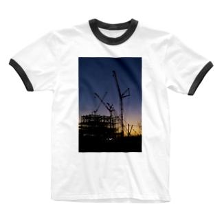 薄暮の建設現場 Ringer T-shirts