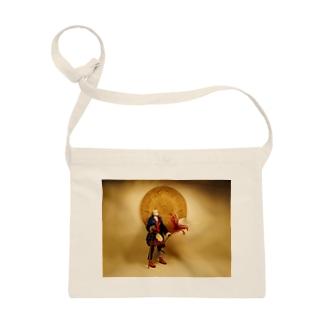 アステカのカレンダー石を背にした冒険者 Doll picture: Adventurer with Azteca calendar サコッシュ