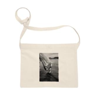白い馬 ビーチ 白黒写真 Sacoche