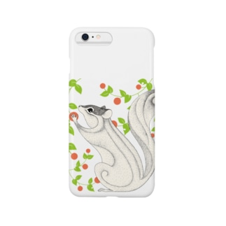 木の実を食べるリス Smartphone cases