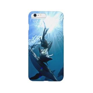 碧い海、光の中でイルカと泳ぐ Smartphone cases