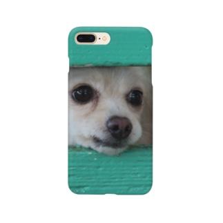 隙間から顔を出す犬 Smartphone cases