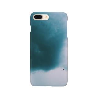 不穏な空にカラス Smartphone cases