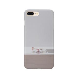 下から見る 猫 Smartphone cases