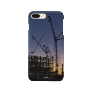 薄暮の建設現場 Smartphone cases
