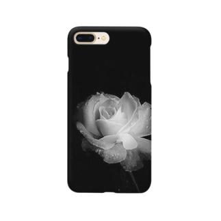 Ribbon-corsage*の漆黒の闇に浮かび上がる白薔薇 Smartphone cases