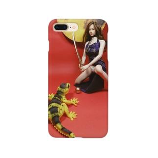 中国:大蜥蜴と黄金の珠を取り合うチャイナドレスの美少女(人形写真) Smartphone cases