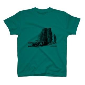 ポプラ並木とトラクター T-shirts