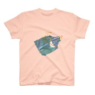 4月を飛ぶエプロン T-Shirt