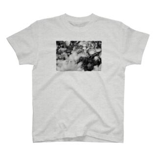 akane_artのモノクロフラワー(キク) T-shirts
