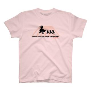カルガモ親子の横断中 T-shirts