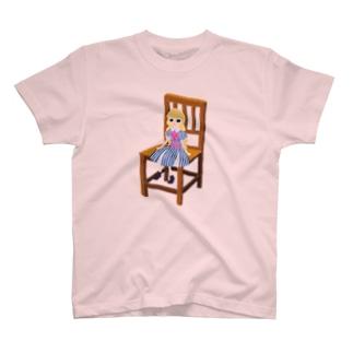 フランス人形が座ってる T-shirts