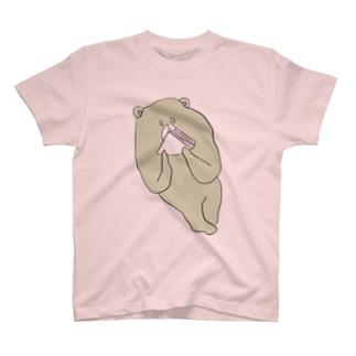 ハムサンドを食べるクマ T-shirts