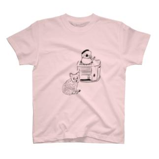 ストーブで暖まる犬 T-shirts