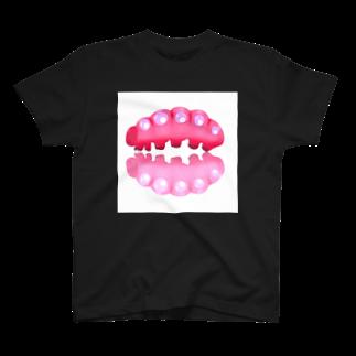 なきむしいもむしのいもむしりっぷ(赤ピンク)黒 T-shirts
