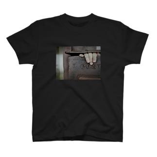 ポストから手 T-shirts