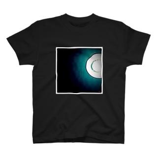 天井にぶら下がる月 T-shirts