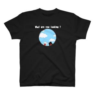 猫ちゃん、何見てるの? (前後2面プリント)  T-shirts