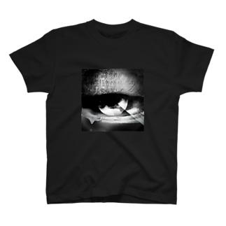 泣いてる目 T-shirts
