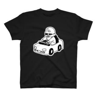 おもちゃの車に乗る赤ちゃん T-shirts