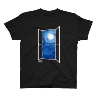 窓枠から見る月 T-shirts