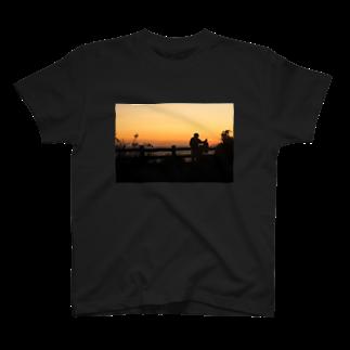 りっちゃんのへや。のビーチの夕暮れ T-shirts