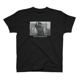 ソ連兵_ブランデンブルグ門の女主人 T-shirts