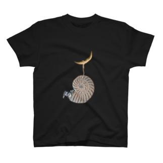 アンモナイトで寝る T-shirts