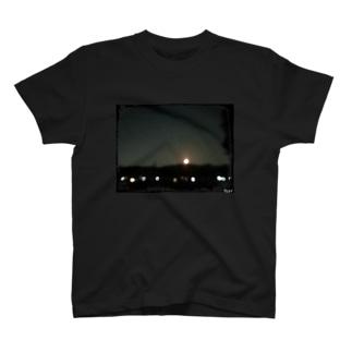 HW&Fと月の浮かぶ夜景写真 T-shirts