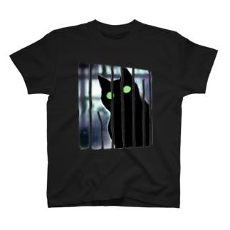 向こうに何かいるニャ T-shirts