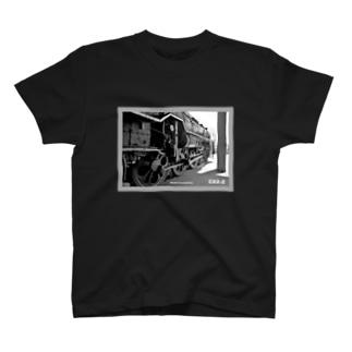 車庫にスタンバイするC622蒸気機関車 (モノクロフォト) T-Shirt