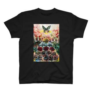 バラと蝶の風景 T-Shirt