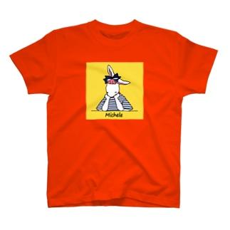 考えごとをするミシェル(背景あり) T-shirts