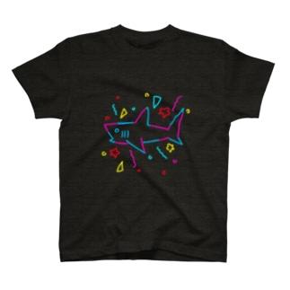 強いサメ ネオン風 T-Shirt