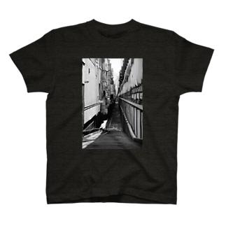 路地裏の先(モノクロ) T-shirts