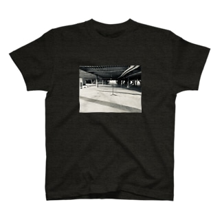 誰もいない駐車場 T-Shirt
