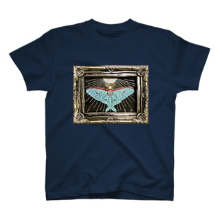 月の蛾 T-shirts