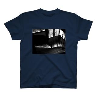 木の階段 T-shirts