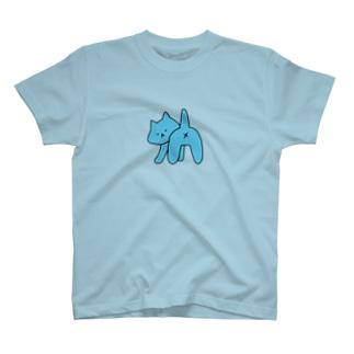 おしりを見られて怒るねこちゃん(水色) T-shirts