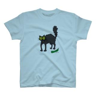 キュウリに驚く黒猫 T-shirts