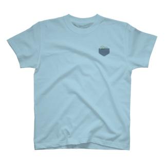 ポケットから顔を出してる風まめ。もち。Tシャツ T-shirts