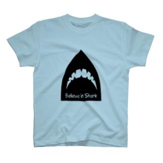 サメを信じよ T-shirts