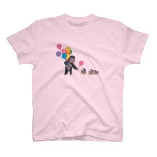 ゴリラさん、子ペンギンに風船どうぞ T-shirts