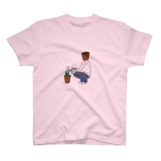 花に水をあげる鉢植え頭 T-shirts