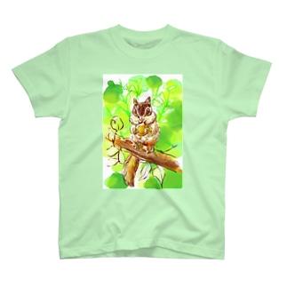 緑のなかのシマリス T-shirts