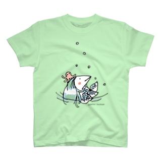 水遊びするアマビエ T-shirts