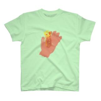 手に松明 T-shirts