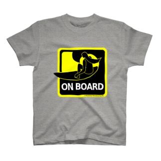 サーフボードに乗ってます T-shirts