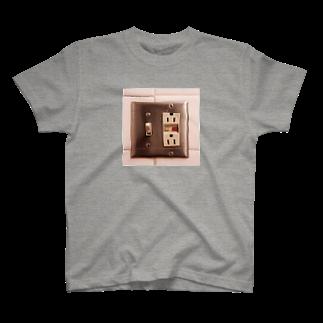 ガラクタ専売所の外国のコンセント T-shirts