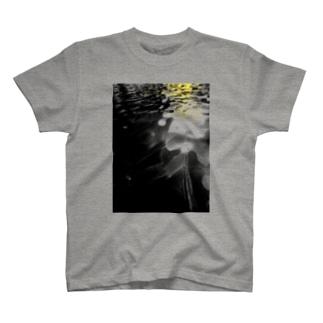 野々のゆらゆら水面 T-Shirt